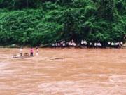 Tin tức - Học sinh kéo dây, băng sông đến trường ngày khai giảng