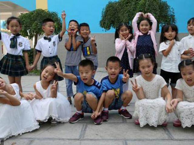 Hình ảnh dễ thương 7 cặp song sinh cùng vào lớp 1 chung trường tiểu học