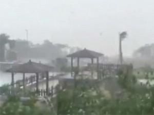 Siêu bão Meranti quật đổ cả xe tải, Đài Loan tan hoang như 'tận thế'
