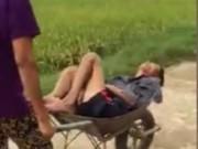 Tin tức - Vợ dùng xe cút kít chở chồng say xôn xao Thanh Hóa
