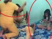 Clip Eva - Video: Mẹ dùng chổi quật liên tiếp vào người con nhỏ gây phẫn nộ