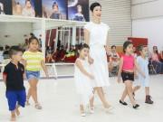 Con gái Xuân Lan tập catwalk cùng các mẫu nhí