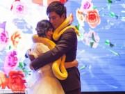 Tin tức - Lạ: Cô dâu, chú rể trao nhau đôi trăn sống khổng lồ thay nhẫn cưới