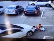Tin tức - Video: Mải dùng điện thoại, người phụ nữ lái ô tô cán qua người 3 đứa trẻ