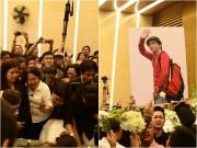 Làng sao - Giây phút cuối ở đám tang Minh Thuận: Nắm nhành hoa trắng trên tay, muôn người đổ lệ