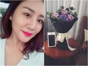 Văn Mai Hương khoe hoa và Iphone 7 mới  & quot;đập hộp & quot; bạn trai tặng