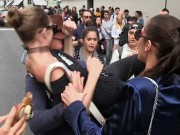 Thời trang - Siêu mẫu triệu đô nổi điên vì bị fan cuồng sàm sỡ tại tuần lễ thời trang