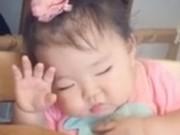 Clip Eva - Bé gái mũm mĩm vừa ăn vừa ngủ gật