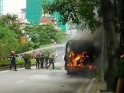 Tin tức - Hà Nội: Xe bus bốc cháy dữ dội khi đang lưu thông