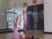 Clip Eva - Video: Em bé tập thể dục cùng mẹ vô cùng đáng yêu
