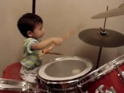 Clip Eva - Cậu nhóc 23 tháng tuổi chơi trống siêu hay