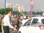 Tin tức - Giao thông hỗn loạn, một người nước ngoài xuống đường Sài Gòn phân luồng