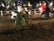 Tin tức - CSGT đẩy xe, xúc đất dọn đường để người dân đi trong cơn mưa ngập lịch sử