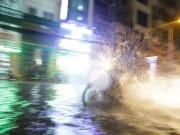 """Tin tức - Ngập lụt lịch sử, TP. HCM điều số lượng """"khủng"""" Cảnh sát PCCC giúp người dân"""