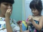 Con gái Huy Khánh siêu đáng yêu makeup cho bố
