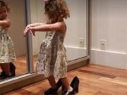 Clip Eva - Video: Em bé đáng yêu tập múa ba lê trên đôi giày cao gót của mẹ