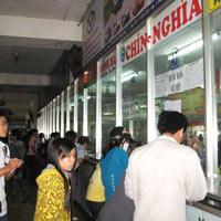 Hành khách mua vé tại Bến xe Miền Đông sáng 8/12.