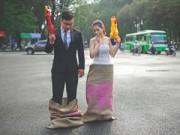 Tình yêu - Giới tính - Cặp đôi nhảy bao bố, cầm súng nước chụp ảnh cưới