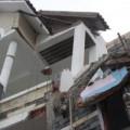 Tin tức - Nhà 3 tầng bỗng dưng đổ nghiêng, 10 người thoát chết