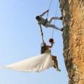 Tình yêu - Giới tính - Treo mình trên vách núi cao 20m để chụp ảnh cưới