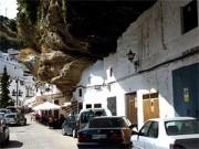 Du lịch - Thị trấn nằm dưới những khối đá khổng lồ