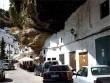 Thị trấn nằm dưới những khối đá khổng lồ