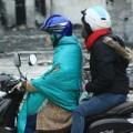 Tin tức - Người Hà Nội co ro ra đường trong gió lạnh đầu mùa