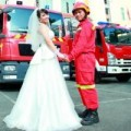 Tình yêu - Giới tính - Cặp đôi chụp ảnh cưới với đồng phục và xe chữa cháy