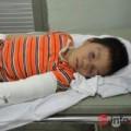 Tin tức - Mẹ vắng nhà, bé trai 6 tuổi bị dượng đánh gãy tay, chân