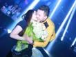 Cao Thái Sơn được fan nữ ôm hôn trên sân khấu