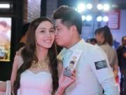 Làng sao - Nguyễn Văn Chung hôn vợ ngọt ngào tại sự kiện