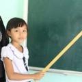 Tin tức - Nghẹn ngào gia cảnh bé gái lớp 3 có 2 năm làm... giáo viên