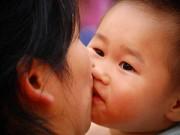 Làm mẹ - Con viêm phổi nặng vì mẹ thích hôn miệng
