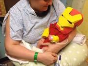 Dạy con - Xúc động: Cha làm bộ đồ siêu nhân cho con trai sinh non