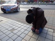 Chuyện tình yêu - Quỳ gối giữa đường hơn 30 ngày để xin bạn gái tha thứ
