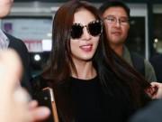 """Hậu trường - """"Hoàng hậu Ki"""" tươi rói sành điệu tại sân bay Nội Bài"""