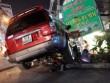 Tin tức - Ô tô 7 chỗ leo lề tông 4 người trọng thương