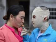 Tin tức - TQ: Xót xa cảnh bé trai đeo mặt nạ đến trường vì bỏng