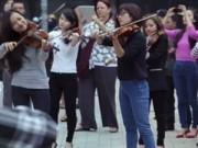 Xem & Đọc - Nhạc giao hưởng flashmob đường phố gây chú ý