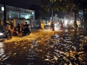 Tin tức - Mưa lớn tại TPHCM, nước ngập gần hết bánh xe