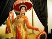 Người mẫu - Lạ lẫm với áo dài truyền thống của Nguyễn Thị Loan