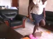 Phẫn nộ giúp việc ở Uganda liên tiếp tát, đạp bé 2 tuổi
