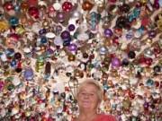 Tin tức - Người phụ nữ trang trí Giáng sinh bằng 2.061 quả bóng