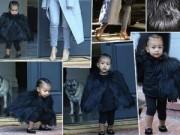 """Làng sao - Con gái Kim Kardashian như """"nấm lùn di động"""""""