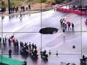 Chuyện lạ - TQ: Thoát chết khi hố tử thần nuốt chửng ô tô trên đường