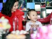 Làng sao - Mẹ và con trai tới chúc mừng Vân Hugo ra mắt MV