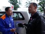 Tin tức - HN: Lần đầu tiên khách hàng được tự bơm khi mua xăng