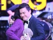 """Làng sao - Lam Trường """"tình tứ"""" với fan ngay trước mặt vợ"""