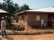 Không tin bác sỹ, bố ôm con nhiễm Ebola trốn vào rừng