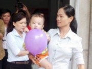 Tin tức - Hai người đến nhận bé bị bỏ ở taxi không có đủ giấy tờ